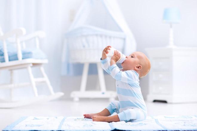 малыш пьет молоко